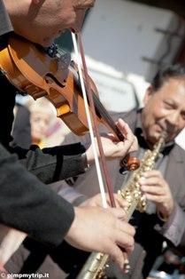 Per strada i gitani suonano i loro violini