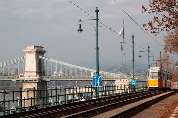 tram-ponte-catene-budapest